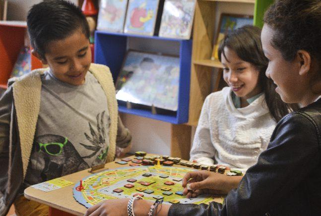 Niños con Juego didáctico de matemáticas